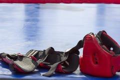 Handskar hjälm för att slåss sportar Fotografering för Bildbyråer