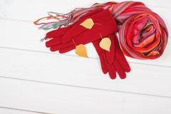 Handskar och sjalen för kvinna på vita bräden och att bekläda för höst eller vinter, kopierar utrymme för text Royaltyfria Bilder