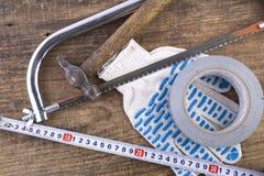 Handskar såg, band, hammare på tabellen Fotografering för Bildbyråer