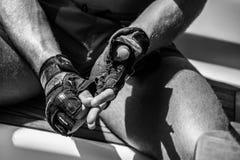 Handskar tar av efter hårt arbete royaltyfri fotografi