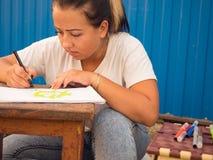 Handskearbetare som målar skyddsutrustning Arkivfoto