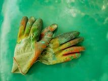 Handskearbetare som målar skyddsutrustning Arkivfoton