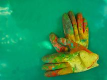 Handskearbetare som målar skyddsutrustning Royaltyfri Bild