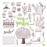 Handskizzensatz Gartengekritzelelemente - säen Sie Pakete, Werkzeuge, Baum und Gießkanne Stockfotografie