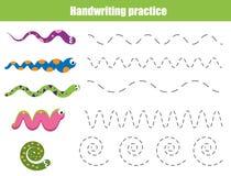 Handskriftövningsark Bildande barn spelar, den tryckbara arbetssedeln för ungar med krabba linjer och ormar Royaltyfri Fotografi
