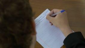 Handskrift hand skriver en penna på papper Mannen skriver en text på papper royaltyfri bild