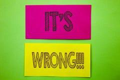 Handskriftmeddelandetext som visar det, är fel Korrekt högert beslut för begreppsmässigt foto som gör eller som missförstår skrif royaltyfri illustrationer