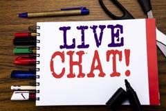 Handskriftmeddelandetext som visar Live Chat Affärsidé för kommunikationen Livechat som är skriftlig på anteckningsboken, träback Royaltyfri Bild