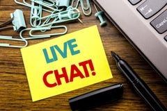Handskriftmeddelandetext som visar Live Chat Affärsidé för kommunikationen Livechat som är skriftlig på klibbigt anmärkningspappe Arkivbild