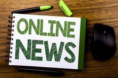 Handskriftmeddelandetext som visar online-nyheterna Affärsidé för online-tidningsartikeln som är skriftlig på välling för anteckn royaltyfri foto