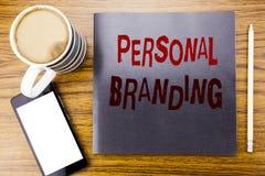 Handskriftmeddelandetext som visar personligt brännmärka Affärsidé för märkesbyggande som är skriftligt på notepadanmärkningspapp arkivbild