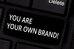 Handskrifttext är du ditt eget märke E royaltyfri bild