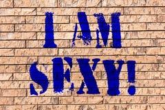 Handskrifttext är jag sexig Begrepp som betyder känsla av dragningsmedvetenhet av konst för skönhettegelstenvägg som grafitti royaltyfria bilder