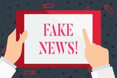 Handskrifttext fejkar nyheterna Falska berättelser för begreppsbetydelse som verkar att fördela på internet genom att använda ann stock illustrationer