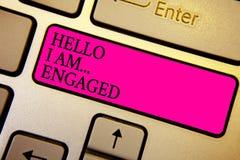Handskrifttext Hello är jag engaged Begreppsbetydelsen gav han cirkeln som vi ska få gift bröllop Crystal orange comput royaltyfri foto
