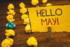 Handskrifttext Hello May den Motivational appellen Är den menande starten för begrepp per den nya månaden April över SpringClothe Arkivfoton