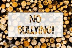 Handskrifttext ingen pennalism För missbrukmobbning för begreppet anfaller betydelsen förbjuden agression träbakgrundstappning fotografering för bildbyråer