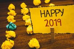 Handskrifttext lycklig 2019 Begrepp som betyder för berömjubel för nytt år för Congrats Motivational MessageClothespin PA för gul Arkivbild