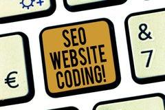 Handskrifttext Seo Website Coding Begreppsbetydelse skapar platsen i väg för att göra den synligare för att söka motortangentbord royaltyfria bilder