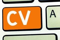 Handskrifttext som skriver CV För jobbsökaren för begreppet erfar menande liv utbildningsfärdighetexpertis och sakkunskap arkivfoto