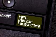 Handskrifttext som skriver den Digital marknadsföringen och annonserar Innehåll för befordran för massmedia för begreppsbetydelse arkivfoton