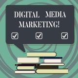 Handskrifttext som skriver den Digital Media marknadsföringen Begrepp som betyder bruk av den talrika digitala ojämna högen för t vektor illustrationer