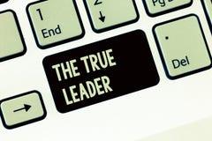 Handskrifttext som skriver den riktiga ledaren Begrepp som betyder en som flyttar och uppmuntrar grupp människoransvar arkivfoto