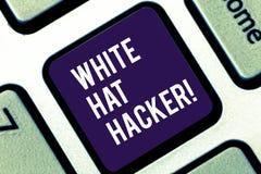 Handskrifttext som skriver den White Hat en hacker Specialist för säkerhet för begreppsbetydelsedator sakkunnig i genomträngnings arkivfoton