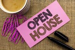 Handskrifttext som skriver det öppna huset Lägenhet för byggnad för egenskap för begreppsbetydelsehem som bostads- inre yttre är  arkivfoto