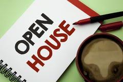 Handskrifttext som skriver det öppna huset Lägenhet för byggnad för egenskap för begreppsbetydelsehem skriftlig bostads- inre ytt royaltyfria foton