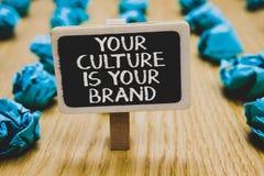 Handskrifttext som skriver din kultur, är ditt märke Är menande kunskapserfarenheter för begrepp en blackboar presentationskortst arkivbild