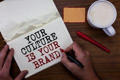 Handskrifttext som skriver din kultur, är ditt märke Är menande kunskapserfarenheter för begrepp en röd klibbig anmärkning för pr royaltyfri foto