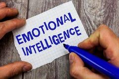 Handskrifttext som skriver emotionell intelligens Väller fram förhållanden för handtag för menande själv för begrepp och för soci arkivbilder