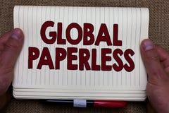 Handskrifttext som skriver globalt Paperless Begreppsbetydelsen som går för teknologimetoder som email i stället för pappers- man royaltyfria foton