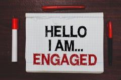 Handskrifttext som skriver Hello är jag engaged Begreppsbetydelsen gav han cirkeln som vi ska få gift bröllop skriftlig svart royaltyfri bild