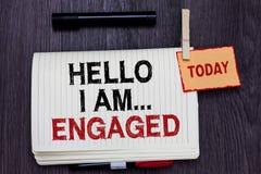 Handskrifttext som skriver Hello är jag engaged Begreppsbetydelsen gav han cirkeln som vi ska få gift bröllop skriftligt papper royaltyfria bilder