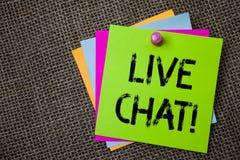 Handskrifttext som skriver Live Chat Motivational Call Begreppet som betyder realtidsmassmediakonversation meddelar direktanslute Arkivfoton