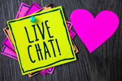 Handskrifttext som skriver Live Chat Motivational Call Begreppet som betyder realtidsmassmediakonversation meddelar direktanslute Royaltyfri Fotografi