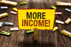 Handskrifttext som skriver mer inkomst Begreppet som betyder extra pengar, mottar för ett utbyte av godan eller servar klädnypaho arkivfoto