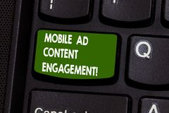 Handskrifttext som skriver mobil annonsinnehållskoppling Socialt massmedia för begreppsbetydelse som annonserar befordranstrategi royaltyfri fotografi