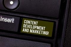 Handskrifttext som skriver nöjd utveckling och att marknadsföra Socialt massmedia för begreppsbetydelse som annonserar optimizati arkivfoton