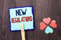 Handskrifttext som skriver ny reglemente Begreppsbetydelseändring av lagar härskar företags normala specifikationer som är skrift Royaltyfri Bild