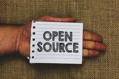 Handskrifttext som skriver Open Source Begreppsbetydelse som fritt betecknar programvara som original- holdi för hand för man för royaltyfri bild