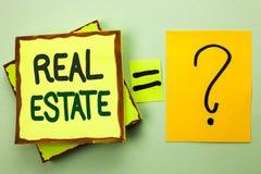 Handskrifttext som skriver Real Estate Begrepp som betyder den bostads- egenskapen som bygger täckt verkligt skriftligt för landl Royaltyfria Foton