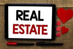 Handskrifttext som skriver Real Estate Begrepp som betyder den bostads- egenskapen som bygger täckt verkligt skriftligt för landl Royaltyfri Foto