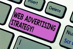 Handskrifttext som skriver rengöringsduken som annonserar strategi Begreppsbetydelsen använder finnasende sociala nätverk för att arkivbild