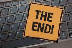 Handskrifttext som skriver slutet Motivational appell Menande avslutning för begrepp av tid för något avsluta av livsvartbärbar d royaltyfria foton