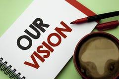 Handskrifttext som skriver vår vision För innovationstrategi för begrepp som menande riktning för syfte för dröm för plan för mål Arkivbilder