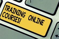 Handskrifttext som utbildar online-kurser Begreppsbetydelse levererar en serie av kurser till en tangent för rengöringsdukwebbläs arkivbilder