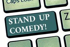 Handskrifttext står upp komedi Begreppsbetydelsekomediförfattare som utför att tala framme av tangentbordtangenten för levande åh royaltyfri foto